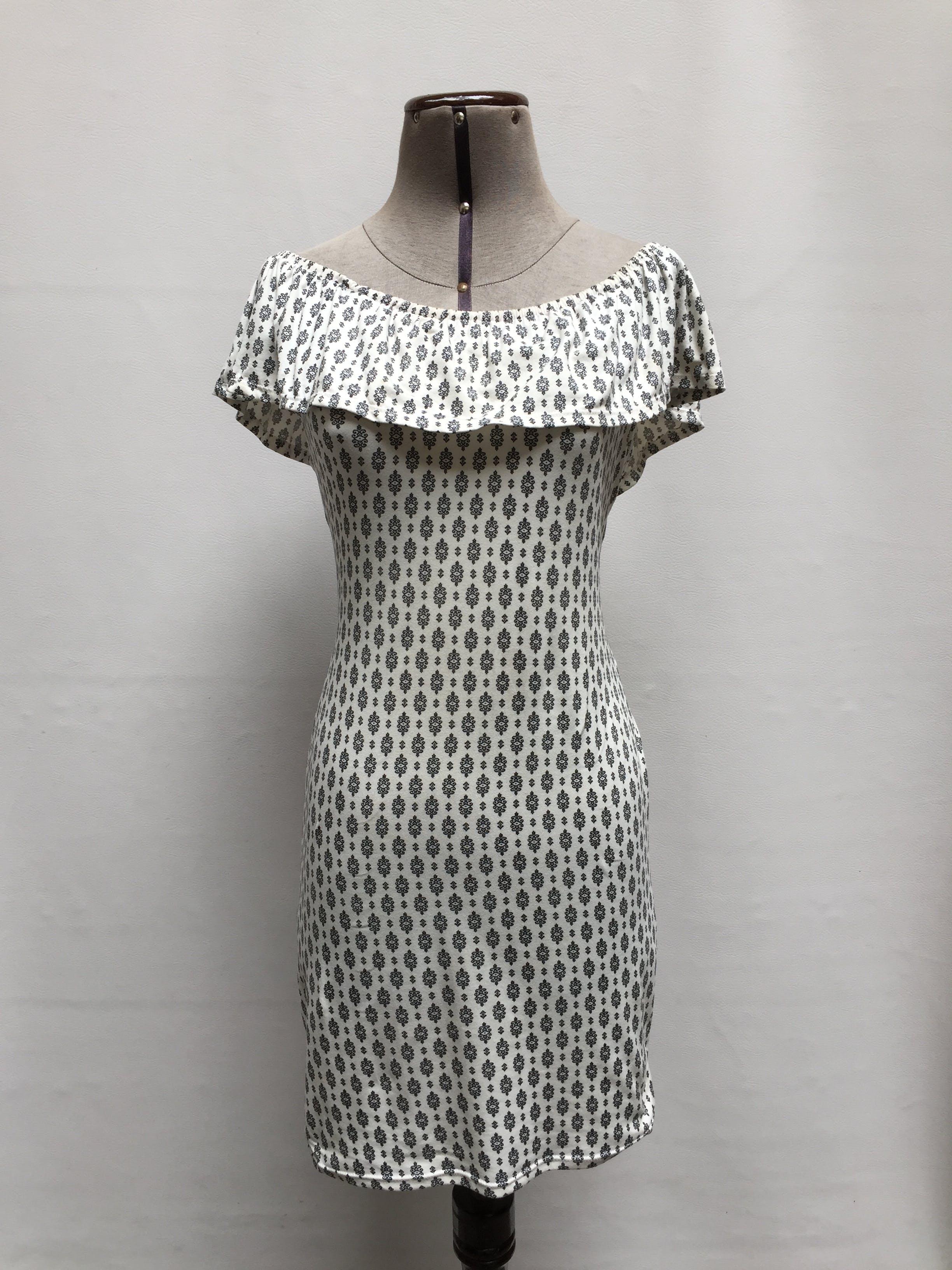 Vestido off shoulder blanco con estampado barroco negro, volante en los hombros, tela tipo algodón stretch Talla S